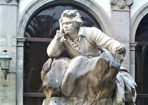 A Napoli torna a splendere il monumento a